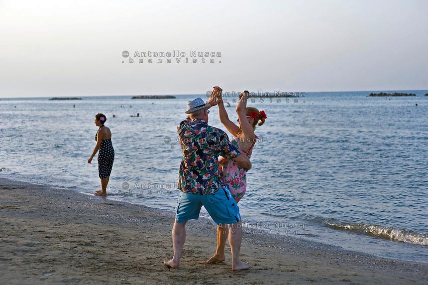 Senigallia, Agosto 2013. Ballerini di Rock 'n Roll ballano in spiaggia a Senigallia durante il Festival Summer Jamboree.