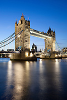 United Kingdom, London: Tower Bridge on the River Thames at dusk | Grossbritannien, England, London: Tower Bridge und die Themse am Abend