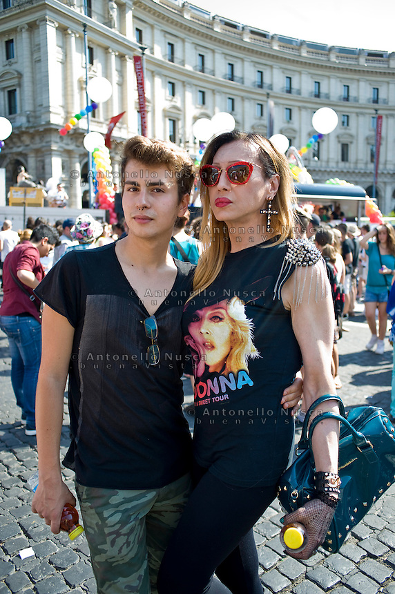 Migliaia di persone hanno partecipato all'annuale sfilata del Gay Pride a Roma.<br /> Thousands of people take part in the annual gay pride parade in downtown Rome to celebrate Gay Pride, amid calls for Italy to follow France's example in legalising gay marriage.