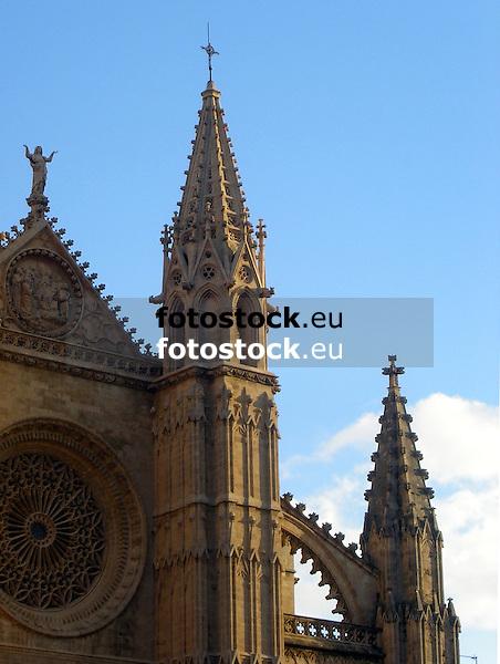 Facade with window rosette (the largest of gothic style, app. 100 m², 12,55 m diameter) of the cathedral Santa María de Palma de Mallorca (14th-16th century)<br /> <br /> Fachada con rosetón (el más grande en estilo gótico, ca. 100 m², 12,55 diámetro) de la Catedral Santa María (La Seu, cat.: Sa Seo) en Palma de Mallorca (siglo 14-16)<br /> <br /> Fassade mit Rosettenfenster (das größte im gotischen Stil, ca. 100 m², 12,55 m Durchmesser) der Kathedrale Santa María in Palma de Mallorca (14.-16. Jh.)<br /> <br /> 2481 x 1869 px