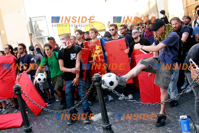 """Manifestanti tirano palloni contro Montecitorio per protesta.Roma 14/06/2012 Manifestazione degli studenti """"Blockupy Pantheon"""" per protestare contro la riforma Fornero sul Lavoro..Photo Samantha Zucchi Insidefoto"""