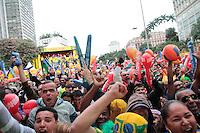 SÃO PAULO, SP - 26.06.2013: CONCENTRA SP - Torcedores vibram com o primeiro gol da seleção brasileira no Vale do Anhangabaú região central de São Paulo durante o jogo da seleção brasileira pela semifinal da Copa das Confederaões. (Foto: Marcelo Brammer/Brazil Photo Press)