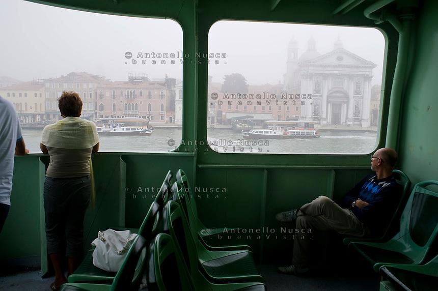 Venezia avvolta nella nebbia mattutina