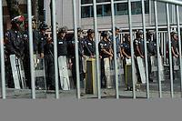 RIO DE JANEIRO - RJ - 17/07/2013 - Movimentacaode de policiais militares e manifestantes na rua da residencia do governador do Rio de Jjaneiro Sergio Cabral no bairro do Leblon zona sul da cidade, nesta quarta-feira, 17. Foto: Fabio Teixeira / Brazil Photo Press
