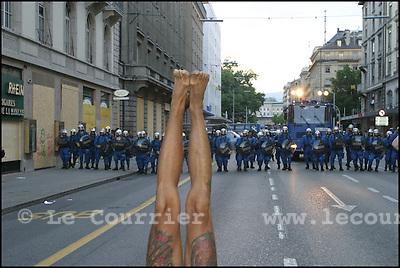 Genève, le 02.06.2003.Manifestation anti-g8. Un manifestant fait du yoga devant un cordon de policier suise-allemand, rue du Mont-Blanc.© Jean-Patrick Di Silvestro