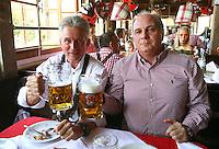 FUSSBALL 1. BUNDESLIGA   SAISON 2011/2012 Die Mannschaft des FC Bayern Muenchen besucht das Oktoberfest am 02.11.2011 Trainer Jupp Heynckes, Praesident Uli Hoeness (v. li., FC Bayern Muenchen) stossen mit einer Mass Bier an