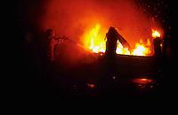 Roma.  Vigili del Fuoco Tuscolano II  .Un Vigile del fuoco interviene durante un incendio di un autocaravan.Rome.  Firefighters Tuscolano II.Firefighters Battling camper Fire