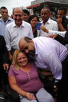 CARAPICUIBA, SP - 11.01.2012 – TUNEL EM CARAPICUIBA VISITA / GOVERNADOR – Givernador do Estado de Sao Paulo Geraldo Alckmin (PSDB) e Prefeito de Carapicuiba Sergio Ribeiro (PT) tiram foto com cadeirante em carapicuiba. Governador de Sao Paulo visita a cidade de Carapicuiba na Grande SP e assina convenio para a construcao de um tunel na cidade de Carapicuiba, na Grande SP. Aproximadamente 19 milhoes foram liberados pelo FUMEFI para a obra que tera inicio na Avenida Governador Mario Covas e terminara na Avenida Deputado Emilio Carlos. A meta e melhorar o transito no centro de Carapicuiba e acessos para o bairro de Tambore, em Barueri, e para o Corredor Oeste. (Foto: Renato Silvestre/NewsFree)