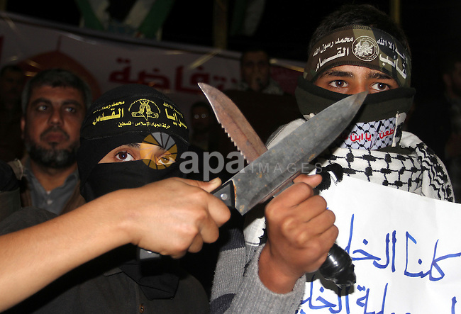Palestinian protesters carry knives during a protest to support the third Palestinian uprising, in Rafah in the southern Gaza Strip November 13, 2015. The current wave of violence erupted in mid-September, fueled by rumors that Israel was trying to increase Jewish presence in Jerusalem then quickly spread across Israel, the West Bank and the Gaza Strip. Photo by Abed Rahim Khatib