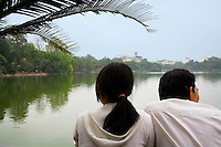 Vietnam. Hanoi. A couple of lovers at Noan Kiem lake. Romantic moment. 04.04.09 © 2009 Didier Ruef