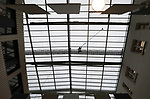 Foto: VidiPhoto<br /> <br /> EDE &ndash; Glazenwasser Jean Paul den Aantrekker balanceert vrijdagmiddag op de laatste schoolvakantiedag aangelijnd op een smalle loopbrug boven het atrium van de Christelijke Hogeschool Ede (CHE) om de 600 glazen ramen nog voor de lessen maandag weer beginnen, schoon te maken. De enorme klus van 1200 vierkante meter glas op 30 meter hoogte vergt een enorme inspanning. De aanslag  van algen en vogelpoep is lastig te verwijderen. Tweemaal per jaar moet de glazenwasser uit de Betuwe de bovenzijde van de glazen aula wassen. Dat gebeurt vrijwel altijd tijdens vakanties om de lessen niet te hinderen.