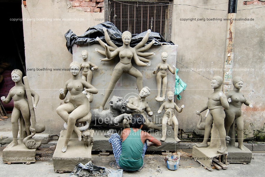 INDIA Westbengal Calcutta Kolkata, suburb Kumartuli, artist sculpture god idols like Kali, Durga, Saraswati from clay for religious Hindu festival / INDIEN Westbengalen Megacity Kalkutta, Kunsthandwerker im Stadtteil Kumartuli formen Hindu Goetterfiguren aus Lehm fuer religioese Hindu Feste