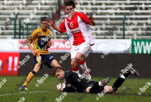 2010-04-25 / Voetbal / seizoen 2009-2010 / R. Antwerp FC - OH Leuven / Emmerik de Vriese (Antwerp) komt te laat. Fred Desomberg heeft de bal klemvast...Foto: mpics