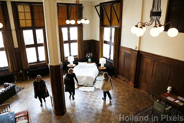 Nederland  Amsterdam - 2017. Open Monumentendag. Bezoekers bekijken een van de kamers van het Lloyd Hotel.  Foto Berlinda van Dam / Hollandse Hoogte