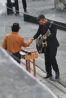 Alejandro Sanz visit&oacute; el estado de Veracruz para grabar el videoclip de su tema titulado 'Mi Marciana', tercer sencillo de su nueva producci&oacute;n discogr&aacute;fica 'La M&uacute;sica No Se Toca'.La noticia de la visita del m&uacute;sico en aqu&eacute;l estado caus&oacute; revuelo entre los fans, que no pararon de comunicar en las redes sociales lo que acontec&iacute;a en las locaciones dentro de las cuales se filmaron algunas escenas.El canta-autor espa&ntilde;ol Alejandro Sanz film&oacute; parte de su video &quot;La m&uacute;sica no se toca&quot; en las calles del puerto de Veracruz como la plazuela junto al tradicional bachillerato, el callej&oacute;n Melchor Ocampo y la plazuela de la Campana.  <br /> <br /> (MC/NortePhoto)