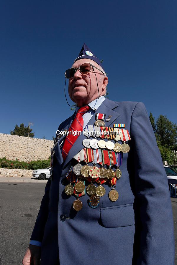 Israel, Jerusalem, a Red Army Second World War veteran on the Holocaust Memorial Day at Yad Vashem. 2005<br />