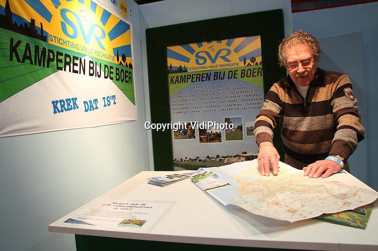 """Foto: VidiPhoto..UTRECHT - In de Jaarbeurs in Utrecht is dinsdag de 42e editie van de Vakantiebeurs van start gegaan voor pers, relaties en medewerkers van reisbureaus. In totaal zijn er dit jaar 160 landen aanwezig met in totaal 1600 exposanten. Nieuw is dit jaar een naturistenplein onder het motto """"Hemd van je Lijf"""". Trends zijn actieve en avontuurlijke reizen, maar ook het Europees Agrotoerisme is sterk in opkomst. De beurs start woensdag voor de consument en duurt tot en met 15 januari. Foto: Kamperen bij de boer zit Europees gezien in de lift.."""