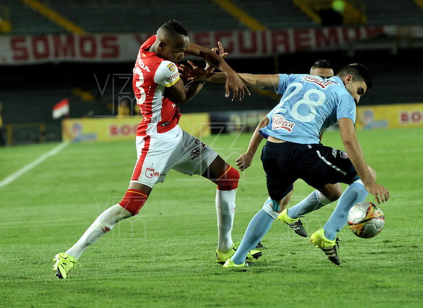 BOGOTA - COLOMBIA - 03-10-2015: Luis Quiñonez (Izq.) jugador de Independiente Santa Fe disputa el balón con Guillermo Celis (Der.) jugador de Atletico Junior, durante partido por la fecha 15 entre Independiente Santa Fe y Atletico Junior, de la Liga Aguila II-2015, en el estadio Nemesio Camacho El Campin de la ciudad de Bogota. / Luis Quiñonez (L) player of Independiente Santa Fe struggles for the ball with Guillermo Celis (R) player of Atletico Junior, during a match of the 15 date between Independiente Santa Fe and Atletico Junior, for the Liga Aguila II -2015 at the Nemesio Camacho El Campin Stadium in Bogota city, Photo: VizzorImage / Luis Ramirez / Staff.