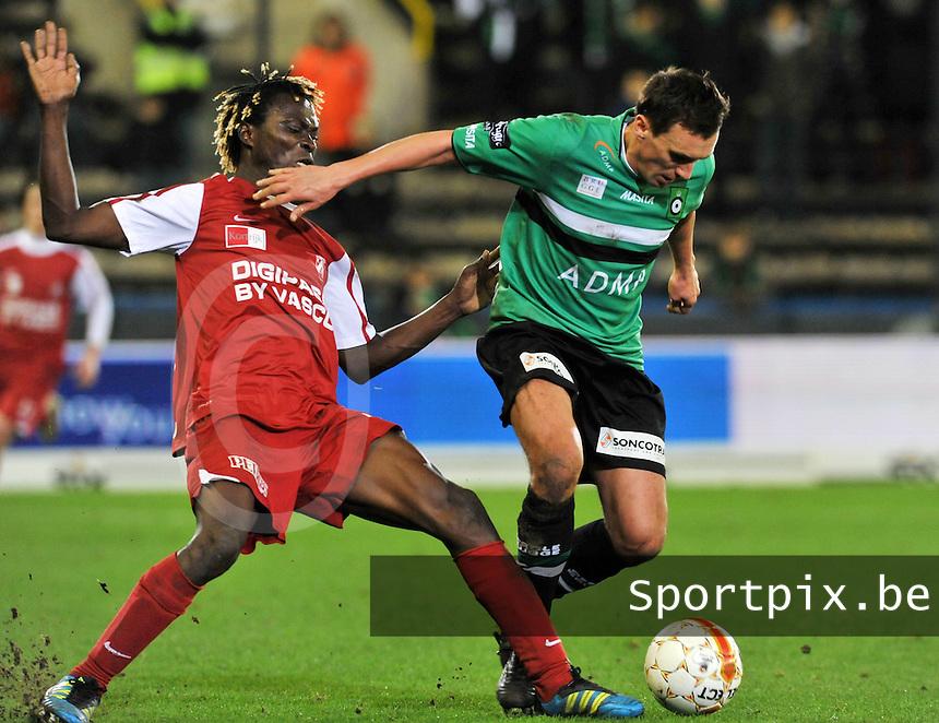 Cercle Brugge KSV - KV Kortrijk : duel tussen Ernest Nfor (links) en Arnar Vidarsson.foto VDB / BART VANDENBROUCKE