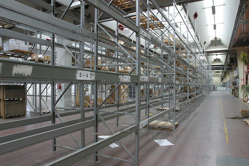 ITALIA- Scarmagno (IVREA) - ex stabilimenti Olivetti - capannoni abbandonati, scffali