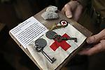 Foto: VidiPhoto<br /> <br /> DE BILT - De 69-jarige Adriaan van Hemert uit De Bilt draagt als reënactor het uniform van King's Own Scottish Borderers, een Brits regiment dat meevocht tijdens de slag om Arnhem. Als privé-verzamelaar bezit hij een klein museum met bijzondere historische spullen die te maken hebben met de verloren slag.Foto: Een stuk uit de vloer van voormalig hotel Dreyeroord met bijbehorende sleutels uit het hotel.