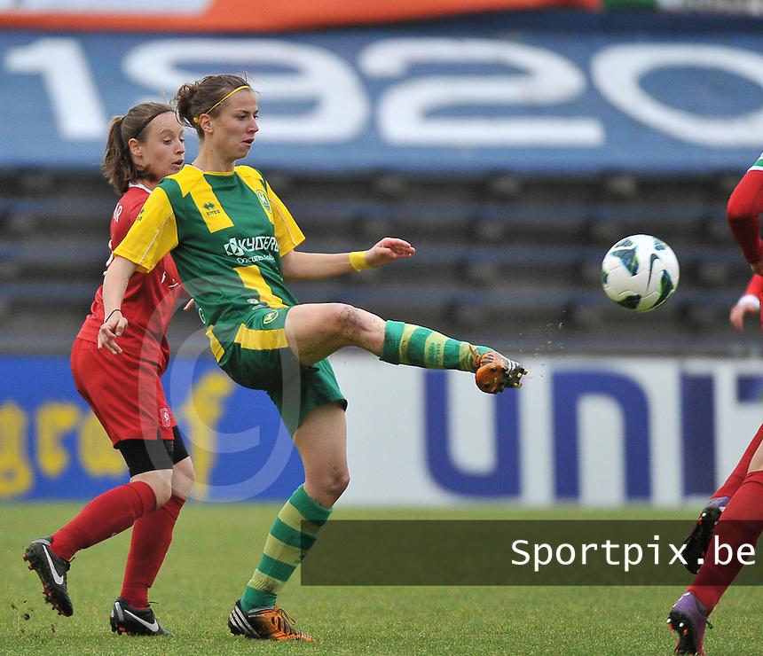 KNVB Beker Finale : ADO Den Haag - FC Twente : Lisanne Grimberg aan de bal voor Felicienne Minnaar (links)<br /> foto DAVID CATRY / Nikonpro.be