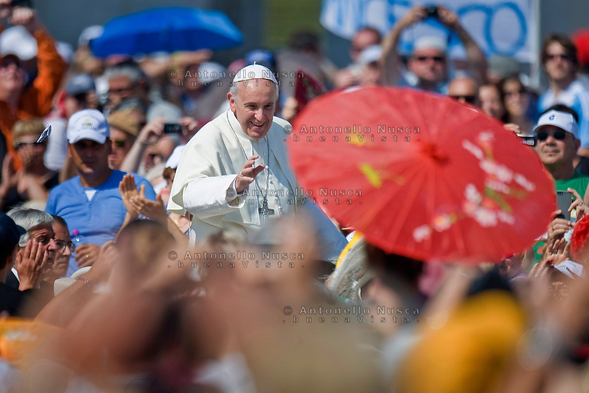 Vatican City, Vatican, June 16, 2013. Papa Francesco saluta i fedeli in Piazza San Pietro prima della messa Evangelium Vitae. Pope Francis waves to the faithful as he arrives on popemobile to celebrate the mass for 'Evangelium Vitae' Day at St. Peter's Square.