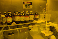 Belo Horizonte_MG, Brasil...Laboratorio de producao de chip magnetico no Instituto de Ciencias Exatas(ICEX) da UFMG, na foto acidos...The Laboratory production of magnectic chip in Instituto de Ciencias Exatas(ICEX) of UFMG, in this photo acids...Foto: VICTOR SCHWANER /  NITRO