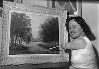La  peintre Denise Legris en train de peindre un tableau,le 4 Mars 1963