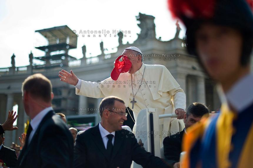 Papa Francesco viene colpito in viso da un cappello lanciato da un fedele in Piazza San Pietro al termine della messa per la giornata della famiglia. Pope Francis greets the crowd during the Family Day at St Peter's square.