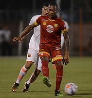 ENVIGADO - COLOMBIA - 09 - 02 - 2018: Machael Nike Gomez (Izq.) jugador de Envigado F. C., disputa el balón con Ferney Ibargüen (Der.) jugador de Rionegro Aguilas Doradas, durante partido entre Envigado F. C., y Rionegro Aguilas Doradas por la fecha 2 de la Liga Aguila I 2018, en el estadio Polideportivo Sur de la ciudad de Envigado. /  Machael Nike Gomez (L) player of Envigado F. C., fights for the ball with con Ferney Ibargüen (R) player of Rionegro Aguilas Doradas, during a match between Envigado F. C., and Rionegro Aguilas Doradas for the date 2 of the Liga Aguila I 2018 at the Polideportivo Sur stadium in Envigado city. Photo: VizzorImage / Leon Monsalve / Cont.