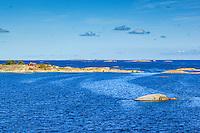 Låga öar och skär med fiskebod vid Kallskär i Stockholms utskärgård