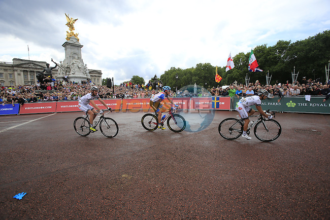 The riders round the final bend at Buckingham Palace at the end of Stage 3 of the 2014 Tour de France running 155km from Cambridge to London. 7th July 2014.<br /> Picture: Eoin Clarke www.newsfile.ie