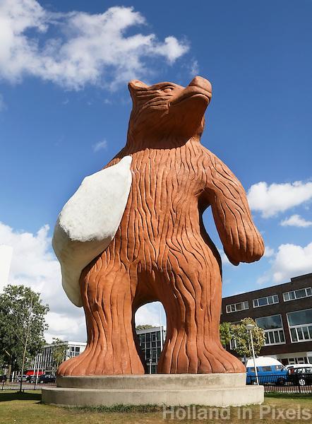 Nederland  Amsterdam 2016. In het Staalmanpark in Nieuw-West staat een 10 meter hoge beer met een kussen onder zijn arm. Het is een ontwerp van Florentijn Hofman. Foto Berlinda van Dam / Hollandse hoogte