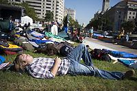 AR5 WASHINGTON (ESTADOS UNIDOS) 7/10/2011 .- Un manifestante duerme cerca de la Plaza de la Libertad en Washington, Estados Unidos hoy 7 de octubre de 2011. La protesta se hace contra el incremento de las desigualdades y forman parte del movimiento que empezó en las puertas de Wall Street en Nueva York y que se han extendido por el país. EFE/SHAWN THEW