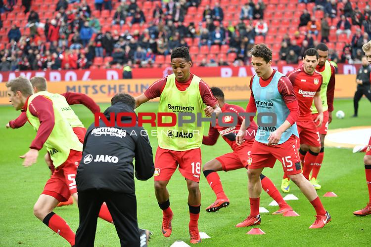 28.01.2018, BayArena, Leverkusen , GER, 1.FBL., Bayer 04 Leverkusen vs. 1. FSV Mainz 05<br /> im Bild / picture shows: <br /> Wendell (Leverkusen #18), Julian Baumgartlinger (Leverkusen #15), Sven Bender (Leverkusen #5), Leon Bailey (Leverkusen #9), beim Aufwaermen, Einzelaktion,  <br /> <br /> <br /> Foto &copy; nordphoto / Meuter