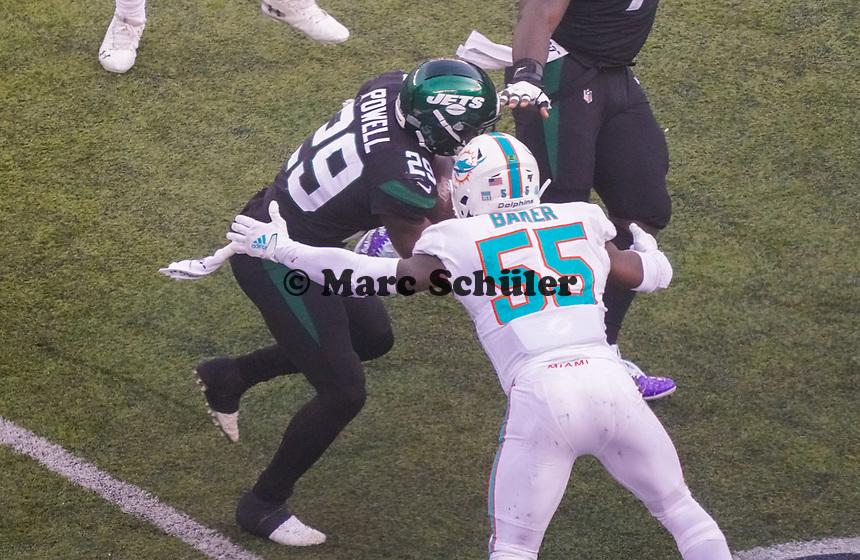 outside linebacker Jerome Baker (55) of the Miami Dolphins stoppt running back Bilal Powell (29) of the New York Jets - 08.12.2019: New York Jets vs. Miami Dolphins, MetLife Stadium New York