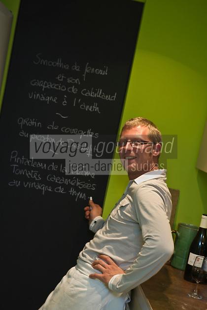 Europe/France/Rhône-Alpes/26/Drôme/Nyons: Raphaël Delaye-Reynaud Vinaigrier- La Para écrit son menu sur l'ardoise de sa cuisine.