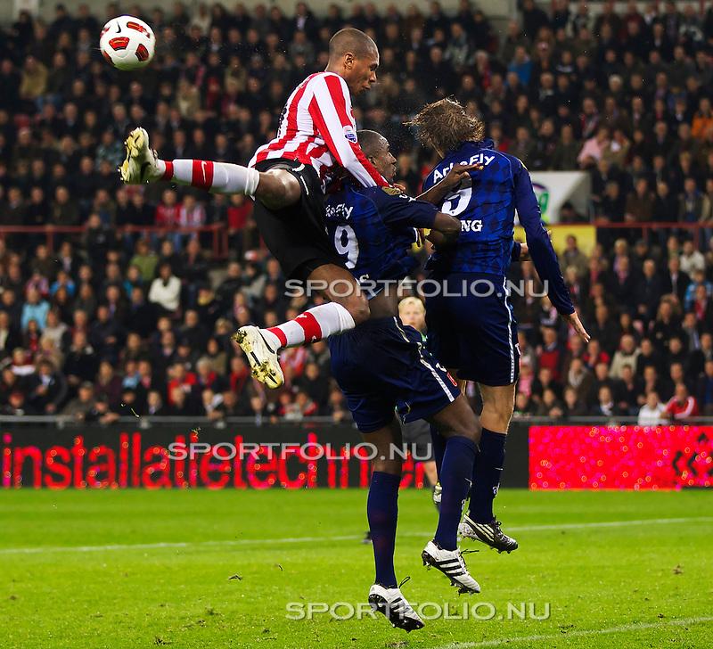 Nederland, 30 oktober 2010.Eredivisie.Seizoen 2010-2011.PSV-FC Twente (0-1).Atiba Hutchinson van PSV in duel om de bal met Douglas en Luuk de Jong van FC Twente