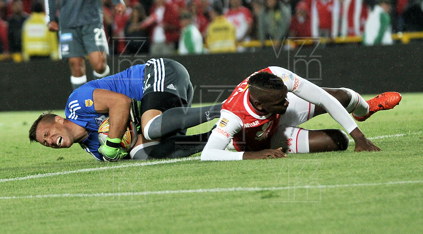 BOGOTA - COLOMBIA - 07-02-2016: Carlos Ibargüen (Der.) jugador de Independiente Santa Fe disputa el balón con Nicolas Vikonis (Izq.) portero de Millonarios, durante partido por la fecha 2 entre Independiente Santa Fe y Millonarios de la Liga Aguila I-2016, en el estadio Nemesio Camacho El Campin de la ciudad de Bogota.  / Carlos Ibargüen (R) player of Independiente Santa Fe struggles for the ball with Nicolas Vikonis (L) goalkeeper of Millonarios, during a match of the 2 date between Independiente Santa Fe and Millonarios, for the Liga Aguila I -2016 at the Nemesio Camacho El Campin Stadium in Bogota city, Photo: VizzorImage / Luis Ramirez / Staff.