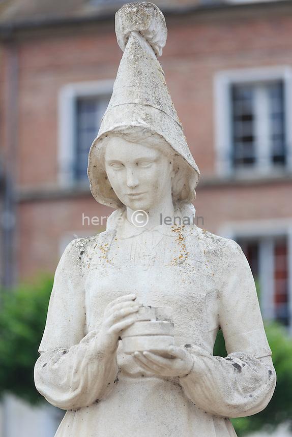 France, Calvados (14), Vimoutiers, statue de Marie Harel, inventrice du camembert // France, Calvados, Vimoutiers, statue of Marie Harel, camembert inventor