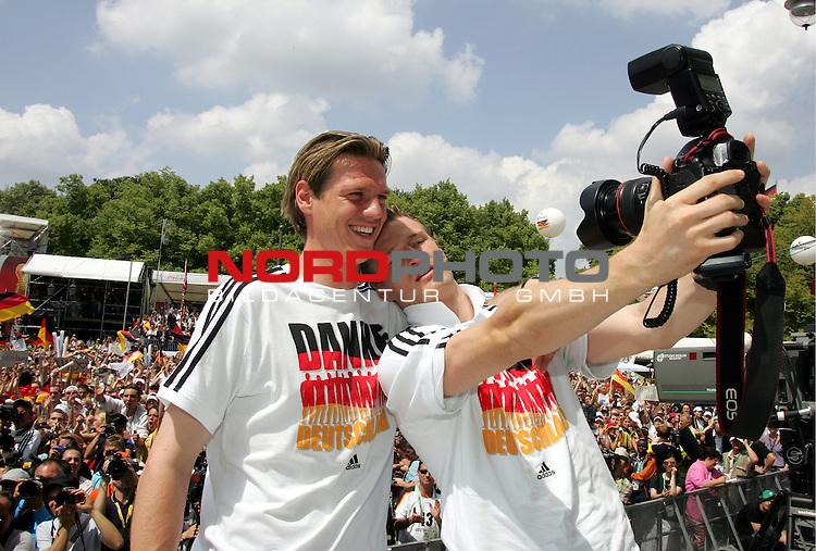 FIFA WM 2006 - Feature Fanmeile Berlin<br /> Verabschiedung / Empfang der Deutschen Nationalmannschaft auf der Berliner Fanmeile vor dem Brandenburger Tor<br /> <br />  Robert HUTH macht ein Foto von sich und Tim BOROWSKI (l) .-<br /> <br /> Foto &copy; nordphoto