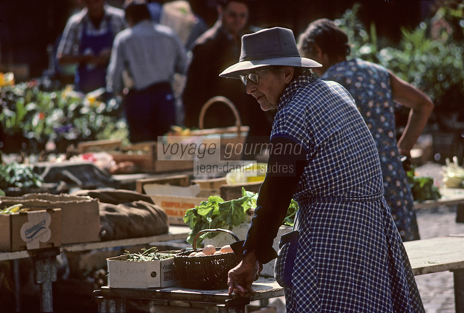Europe/France/Auvergne/12/Aveyron/Villefranche-de-Rouergue : le marché sur la place Notre-Dame [Non destiné à un usage publicitaire - Not intended for an advertising use] (<br /> PHOTO D'ARCHIVES // ARCHIVAL IMAGES<br /> FRANCE 1980