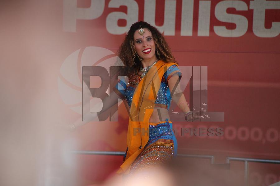 SÃO PAULO, SP, 12.06.2016 - DANÇA-YOGA - Grupo de dança faz apresentação na avenida Paulista, região central de São Paulo (SP), neste domingo. (Foto: Yuri Alexandre/Brazil Photo Press)