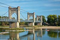 France, Indre-et-Loire (37), Val de Loire classé Patrimoine mondial de l'UNESCO, Langeais, pont suspendu sur la Loire, long de 359 m et qui s'appuie sur quatre piles creuses en béton // France, Indre et Loire, Val de Loire listed as World Heritage by UNESCO, Langeais, suspension bridge over the Loire