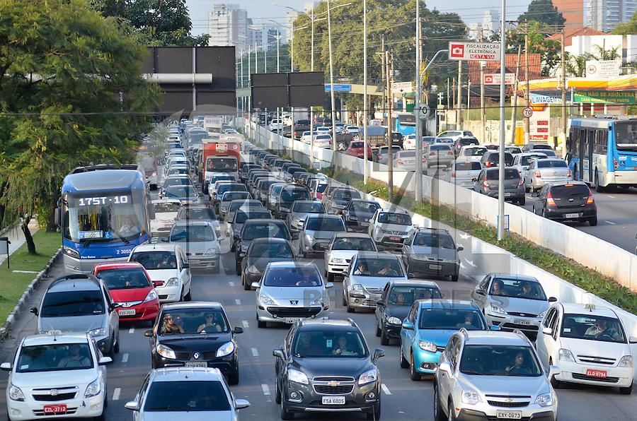 SÃO PAULO, SP, 24.04.2015 – TRÂNSITO EM SÃO PAULO - Trânsito congestionado na Av. Moreira Guimarães, próximo ao aeroporto de Congonhas,  zona sul de São Paulo na tarde desta sexta feira. (Foto: Levi Bianco / Brazil Photo Press)