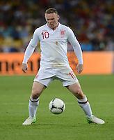 FUSSBALL  EUROPAMEISTERSCHAFT 2012   VIERTELFINALE England - Italien                     24.06.2012 Wayne Rooney (England)  Einzelaktion am Ball