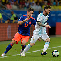 SALVADOR – BRASIL, 15-06-2019: Lionel Messi de Argentina disputa el balón con James Rodriguez de Colombia durante partido de la Copa América Brasil 2019, grupo B, entre Argentina y Colombia jugado en el Itaipava Fonte Nova Arena de la ciudad de Salvador, Brasil. / Lionel Messi of Argentina vies for the ball with James Rodriguez of Colombia during the Copa America Brazil 2019 group B match between Argentina and Colombia played at Itaipava Fonte Nova Arena in Salvador, Brazil. Photos: VizzorImage / Julian Medina / Cont / FCF