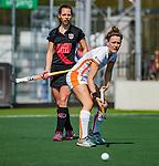 AMSTELVEEN - Donja Zwinkels (OR) met Charlotte Adegeest (A'dam)   tijdens de hoofdklasse competitiewedstrijd hockey dames,  Amsterdam-Oranje Rood (5-2). COPYRIGHT KOEN SUYK