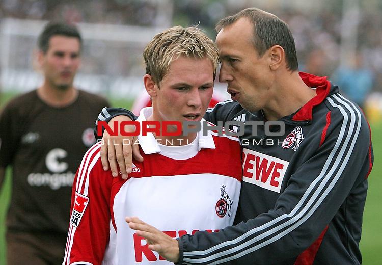 2.Liga 2007/2008  1. Spieltag Hinrunde<br /> FC St.Pauli &ndash; vs. 1.FC Koeln 0:2<br /> <br /> Matthias Scherz (rechts) gibt Newcomer und Rechtsverteidiger Kevin Schoeneberg Tipps in der Halbzeit. Arm in Arm. Hintergrund Thomas Meggle (St.Pauli).<br /> <br /> <br /> Foto &copy; nph (nordphoto)<br /> <br /> *** Local Caption ***